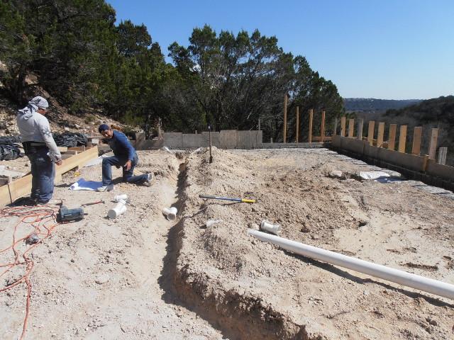 Das Fundament ist jetyt fast fertig. Hier werden gerade die Abwasserrohre unter der Bodenplatte verlegt.