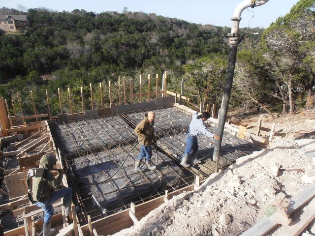 Der Beton für die Bodenplatte wird gerade gegossen.