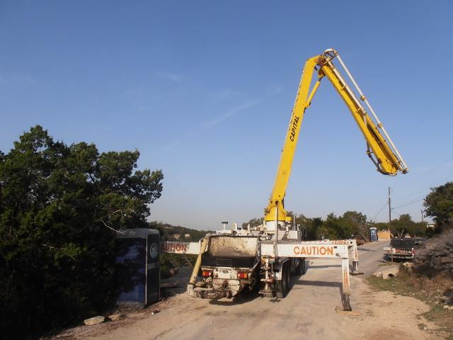 Der Betonkran wird in Stellung gebracht. Mithilfe dieses Krans wird der Beton auf das Fundement gepumpt
