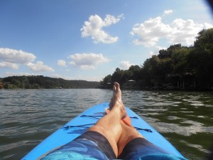 Stand Up Paddleboarden (SUP) auf dem Lake Austin. Hier gerade am Pausemachen.